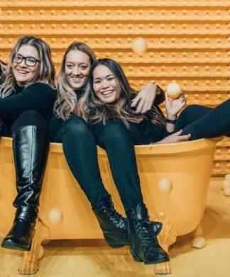 trois amies dans une baignoire jaune